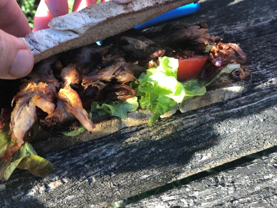 Sandwich mit geschmorten Rippchen undRöstzwiebeln